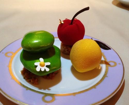 Cedric_Grolet,Chef_Patissier,Le_Meurice,Cerise_a_partager,citron_a_partager,galet_pistache_cheesecake,2