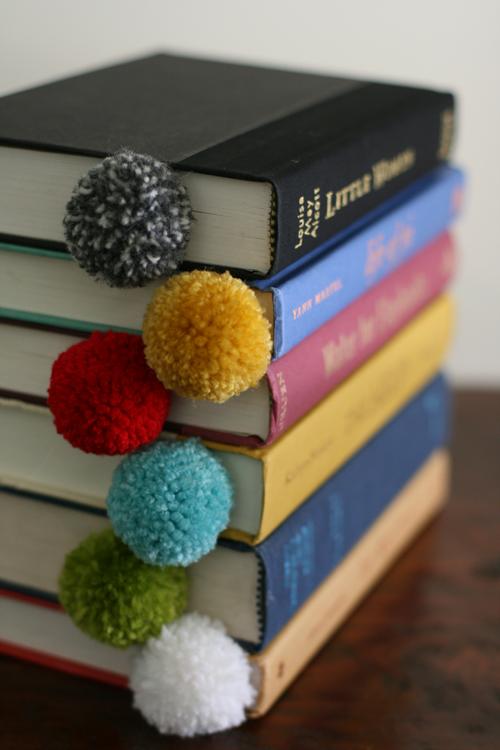 DIY-pom-pom-ball-bookmark-marque_page
