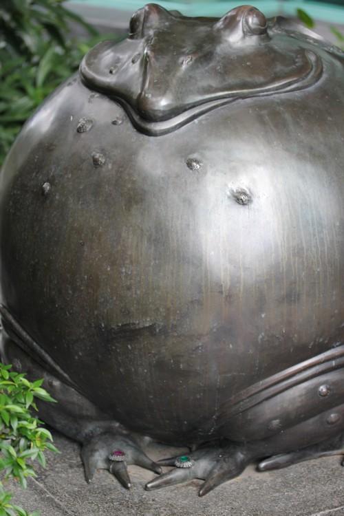 Chatrium_Riverside_Hotel-Bangkok-Thailand-garden-outdoor-decor-sculpture-frog-ring-1
