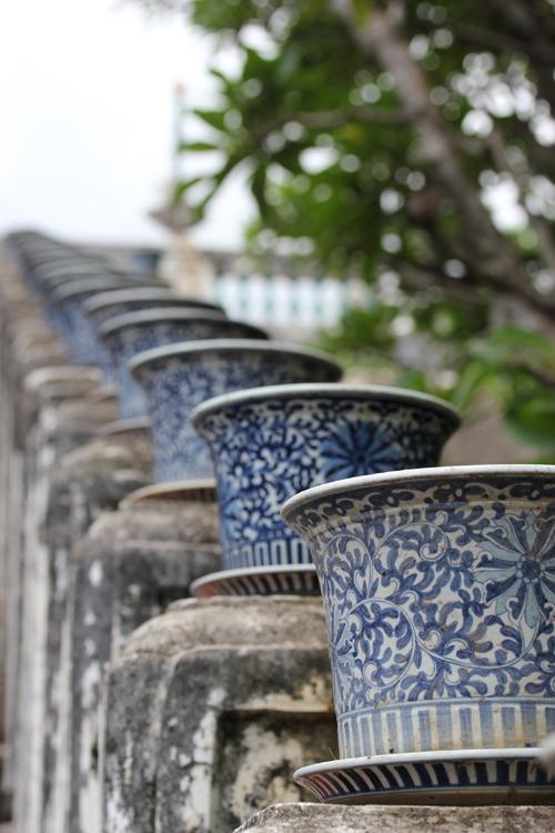 Phra_Nakhon_khiri-Khao_Wang-Historical_Park-Monkey-Thailand-blogtrip-escalier-pots
