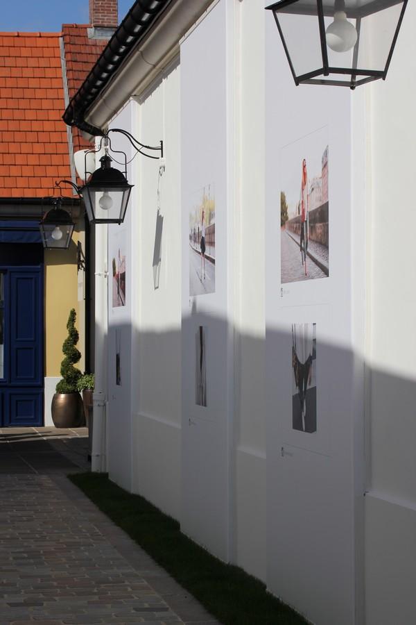 La_vallee_village-luxury-shopping-Manifeste_de_la_chemise_blanche-Elle_Magazine-fashion-mode-paris-Galerie_Art-Exposition-photos-2