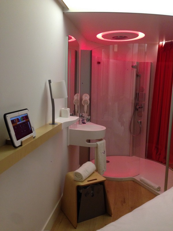 Nomad_hotels-Roissy-Aeroport-Charles_de_Gaulle-design-eco_responsable-chambre-connected_room-douche-2