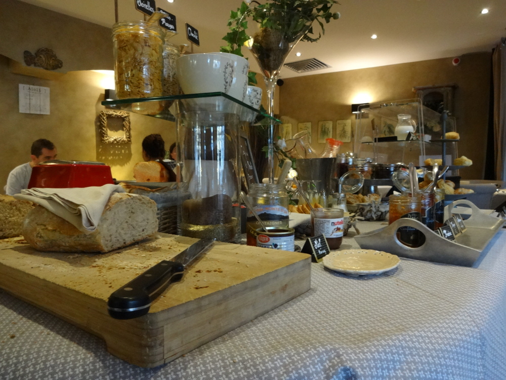 charme_bussiness_hotel-les_logis-limonest-breakfast