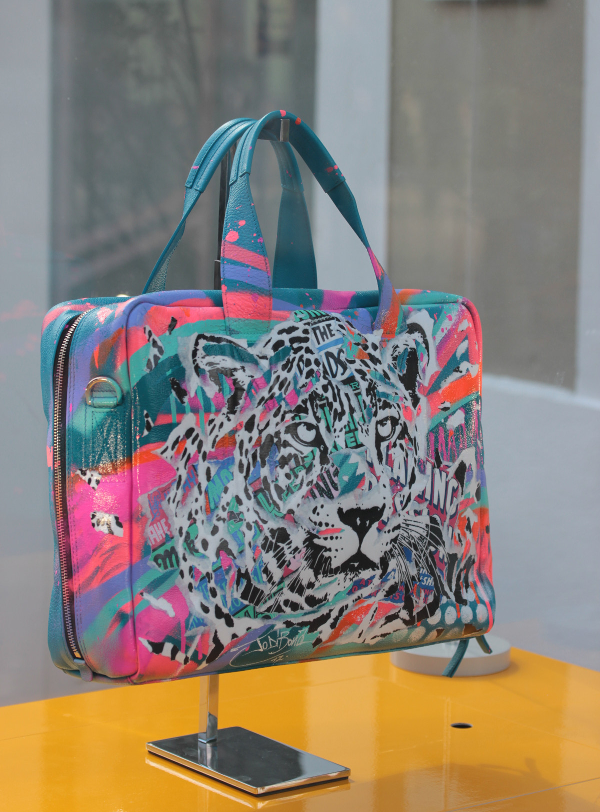 La_Vallee_Village-FashionmeetsArt-Outlet-StreetArt_event-Paul_Smith-Jo_Di_Bona-Sac-Customisation